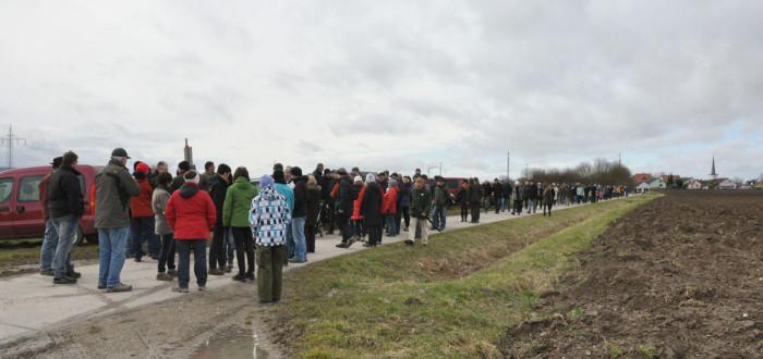 Bei windigem, aber trockenem Wetter wanderten die Kandidaten der FWI sowie einige Kreistagskandidaten den Hutewaldweg in Hellmitzheim entlang.