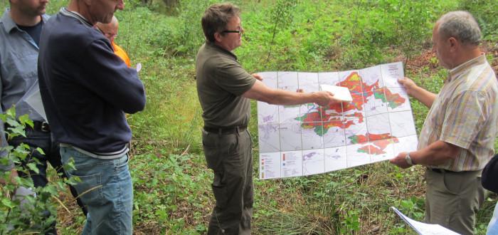Anhand der Standortkarte erläutert Stadtförster Rainer Fell die unterschiedlichen Bodenverhältnisse im Iphöfer Wald und deren Auswirkungen auf die jeweiligen Baumarten