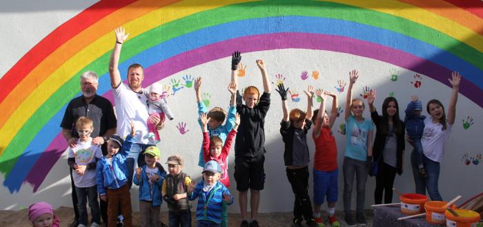 Gruppenbild der Kinder mit Josef Mend und Jürgen Adler