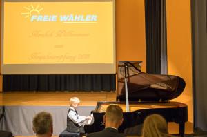 Am Flügel schon wie ein großer Pianist - Kyrill Zeiher begleitet den Empfang in der Karl-Knauf-Halle