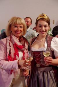 Unsere Landrätin Tamara Bischof mit Nenzenheims Weinprinzessin Ann-Kathrin.